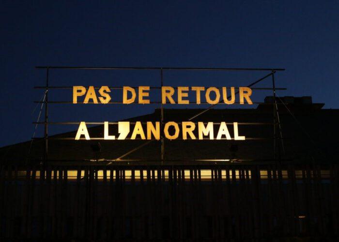 Ghost army: «Les slogans sur les toits des théâtres sont des gestes à la fois artistiques, poétiques et politiques.»